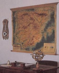Mesa del maestro y mapa
